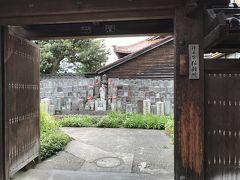 徒歩で戻る際に、『弘願院(ぐがんいん)』という浄土宗のお寺の前を通りました。 覗いただけですが、お地蔵さんを沢山見つけました。