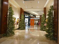 【免税店のTギャラリア】 8時半頃ホテルを出て、9時半に到着!!  すでにクリスマスディスプレイ。