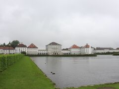 広大な敷地の向こうにそびえるのはバイエルン国王の夏の離宮 雨天ながら各国の団体客がたくさん