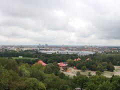1972年の夏季五輪の際に建設されたオリンピック公園 中心にある高台からはミュンヘンの中心部が見える  ミュンヘンに高い建物がないということがよくわかる。。。