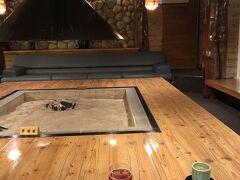 そして、今日の宿、「湯宿だいいち」に到着しました。 養老牛温泉にある旅館です。  入って正面のロビーには、大きな囲炉裏。 こちらでチェックインです。