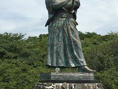食後の散策に風頭公園へ。  坂の上にある公園で坂本龍馬の銅像があります。 見晴らしのいい場所にありここから長崎の町と稲佐山を見渡すことができます。