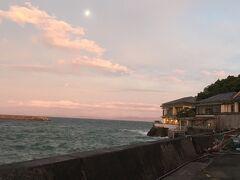 夕飯は旦那さん側の親戚一同が集まるというので料亭二見へ。  海沿いの素敵なロケーションです。