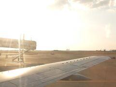 一旦那覇空港に着陸し、中規模な飛行機に乗り換えです。大晦日ということもあり、満席です。(帰省の人がほとんどかな?)