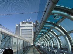 南に阪神高速湾岸線を走ります  ここは泉大津パーキングエリア  陸側と海側に塔のような建物が有り 陸橋で繋がれています