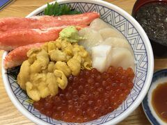 函館駅近くに、「どんぶり横丁」という海鮮丼を中心とした店が並んでいて、その中の一軒「馬子とやすべ」に入る。 色んな種類の海鮮丼がメニューにあったが、せっかくなので、ウニ・イクラ・カニ・ホタテの4色丼を注文。2550円也。
