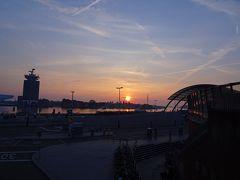 朝7時前のアムステルダム中央駅 夏のアムス(テルダム)の日の出は,日本より遅いです(日の入りも遅いけど)