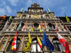 """アントワープ市庁舎 色んな旗が圧巻! ちなみに日本の国旗もありました(正面から見て左側の壁の一番上) 万国旗を掲げるって,「国連かよっ!」と,ツッコミたくなりますが,世界平和と博愛を表しているのでしょうから,素晴らしい! あ,日本の近所の""""あの国""""の旗があったのかはヒマがないので未確認です"""