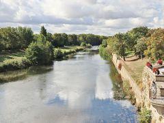 かつては城塞と城下町を繋ぐ唯一の道であった古い橋(ポン・ヴィユー)を渡ります。下を流れるのはオード川。