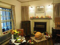 山手234番館のハロウィン飾り  リビングルームの飾りつけ  (解説に次のように書かれていました。) 横浜山手の収穫祭 魔女が運んだマムとブラムリーアップルで飾るハロウィン ハロウィンとは古代ケルト人の時代にイギリスで始まった、 秋の収穫を祝い、悪霊を追い出す行事