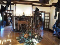 山手111番館のハロウィン飾り  ホールの飾りつけ  魔女の住む丘の上の館へようこそ! 1926年からこの場所に建っている館。 毎年この時期になると不思議なことが起こります。 さてさて今年は何が起こるのでしょうか?