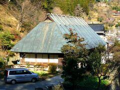 日向市駅(都町バス停)から宮崎交通の路線バスに乗って2時間30分、椎葉村へ向かいます。このバスは1日2本しかなく、観光で使えるのは9時台の1本だけです。途中は細い山道を通り、落石注意の箇所がいくつもあります。椎葉村に着くと、最初にやってきたのが鶴富屋敷です。