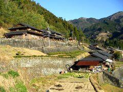 十根川地区は石垣で造成された屋敷地に椎葉型と呼ばれる主屋と馬屋を構えているのが特徴です。それにしても険しいところに建っています。。