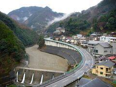 翌朝の椎葉村は曇りで、霧も出ていました。旅館の高台から見ると、険しいところにあるのがよくわかります。