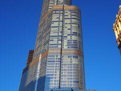 シカゴのランドマーク、トランプ・インターナショナル・ホテル&タワー。全米3位の高さです。 昨夜のオバマ・レストランに続き、ここのメインダイニング「シックスティーン」の予約を試みましたが満席、2代連続大統領シリーズは実現しませんでした。