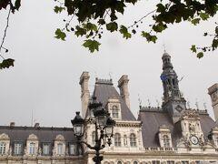 地下鉄に移動し、次の目的地のパリ市庁舎に到着。