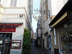 リューデスハイム一番人気(?)のつぐみ(Drossel)横丁。 ワインを販売するお店やレストランが軒を並べています。 時間が早いので観光客の姿はまばらです。