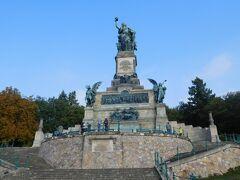 ニーダーヴァルトの丘には1871年の普仏戦争勝利とドイツ統一を記念した像が建てられています。