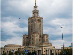 <ワルシャワ> 滞在 1泊2日 観光した城:王宮 写真:文化科学宮殿  ワルシャワ歴史地区は第二次世界大戦によって破壊された街をポーランド国民がひびの1本まで忠実に復元した「破壊からの復元および維持への人々の営み」が評価された最初の世界遺産の場所。 街を歩いていると頻繁に「戦争」というものがよぎる私にはどことなく悲しいイメージの街だった。ショパンの愛した祖国。ポーランド人の誇りを感じる街だった。  現地交通手段  バス、トラム