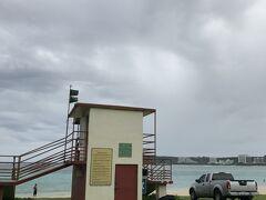 雲は厚く降りそうでかろうじて降ってない感じ  監視員小屋の人も海に入ってる人が少ないので暇そう。。。