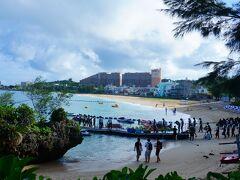 チェックアウトした後は、フチャクの近くのモントレホテルにある【タイガービーチ】へ。  修学旅行生かな(*^^*)  ここからホテルが良く見える♪ 部屋から見てた海はここだったのかな★