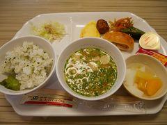 無料ビュッフェスタイルのヴィアイン東銀座の朝食です。パンもいろいろ種類がありますが、ご飯は白米と菜飯がありました。 マーガリン付きのメープルシロップとホイップバター取ってきたけど何につけましょう。