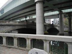 橋の手前に観光船乗り場らしき場所があって、その近くまで行くと日本橋の姿を下から見る事ができました。 時間に余裕がある時なら日本橋クルーズも良いかもしれないですね。