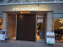 今回泊まるのは コートヤードバイマリオット新大阪ステーション!  まずはチェックインします。 (写真は翌朝とったもの)