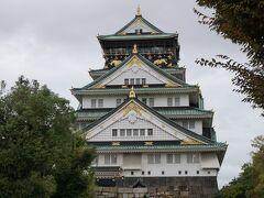 大阪城! 朝9時なのに結構人がいました、大陸系の。  歴史好きのAさんは細かいところまで展示物をチェックしてましたね。 さすが着眼点が違う(゜o゜;
