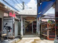 バンバオビーチへ。 ダイビングツアーなどの出発地なのでアーケードはお土産店や飲食店がたくさんあります。