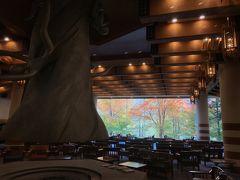 星野リゾート奥入瀬渓流ホテルまでは約1時間 西館前に到着します ロビーに入ると 綺麗!!