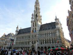 ブリュッセルの中心地。グランプラスへ。 正面に市庁舎がそびえる。