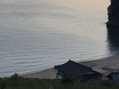 民宿の主人に迎えに来てもらい車で数分の南風荘に到着。 下の方にビーチがありました。 何か動いているので拡大すると鳥でした。