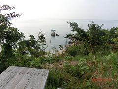 カリヨン研修センターから青島、黄島を展望した後、 ほぼグリーンロードを一周してサンビーチまえじままで来ました。 ビーチの沖に釣り船?が出ていました。