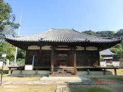 本蓮寺の本堂には入れないというので、本堂からさらに階段を上がると この建物がありました。 屋根の曲線がなんとも言えないカーブです。 この横には三重塔がありました。