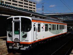 松江しんじ湖温泉駅。 車両は最新の7000系7003、車内も斬新で快適。 1両での運行のせいか、ほとんどの座席が埋まる盛況。