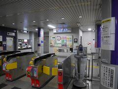 母が元気なので地下鉄を使います。 御池駅は烏丸線と東西線が乗り入れてます。雨のせいもあるでしょうが、東京に比べれば人が少なくて楽だわ~