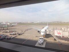 旅のスタートは羽田空港から。サクララウンジでまずは一息です。