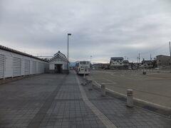 バスが途中の大石田で下車をしました。駅前のバスターミナルで下車をします。 ちょっと空模様が怪しくなってきました。
