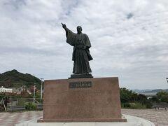石炭資料館のすぐ近くに立つのが三菱財閥の創業者、岩崎弥太郎の像。軍艦島や高島など、一帯の炭鉱は三菱の所有。地域の発展に三菱の存在は欠かせませんでした