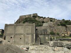 さて上陸。閉山し廃墟となってから40年以上が経過している軍艦島は崩壊の危険があり、上陸しても見学できる範囲は炭鉱エリアのごく一部。3つの見学広場でガイドから説明を受け、その後わずかな自由時間といったところ