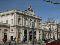 「ランス駅(Gare de Reims)」到着、、  「ランス駅」は白い石造りの洒落た駅舎 こじんまりとした駅舎なので TGV(高速列車)、TER(在来線)も同じ駅から乗降車出来るので取っても便利、、