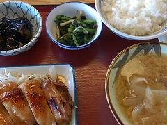 ●奈良桜井食堂  ランチにしました。 「まいどおおきに」食堂です。 大阪にもあります。 出来合いの好きなものをお盆にとって…のタイプです。 どれも平均的においしいので、個人的に好きです。
