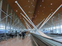 4年連続のクアラルンプール空港。 勝手もわかってきて、お馴染みの空港になりつつある。  ターミナルで、キムールさんと合流。 ここから二人旅となる♪  飛行機は強い追い風に押され、クアラルンプールには30分も早く到着した。 おかげで7時間20分の待ち時間が、7時間50分にのびた。 ┐(´д`)┌ 遅れてくれてもいいのに、がっかりだわ。  キムールさんのパスポートの期限が半年を切っているので、クアラルンプール市内に出ることが出来ない。