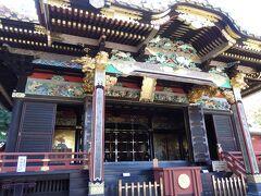 唐門正面にあるのが 拝殿 幣殿 本殿からなる黒塗権現造りの御本社。