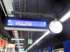 「その6」はこちら→https://4travel.jp/travelogue/11299954  ケルンから1時間ほどでフランクフルト空港駅に到着。 ここからSバーン(近郊電車)でフランクフルトの中心部に向かいます。 事前割引切符の指定の電車より1本早いけど、このくらいは良いよね。