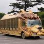 ジャングルバス  FRPの動物型の車、かなり好きです。 これはバスではなく、トラックベースでしょうか? ナンバープレートがないので、公道は走れませんね。 そうなると税金はどうなんですかね。
