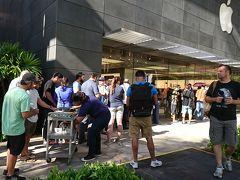 11/3 この日は大騒ぎの一日。 トランプ大統領がハワイに来るだけではなく、iPhoneX の発売日でワイキキのアップルストアは朝早くから並ぶ人、人、人・・・・。 店頭前の長蛇の列には、アロハスピリットなのかワゴンに乗せたミネラルウォーターやスナックが振る舞われていた。