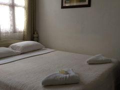 ホテルはお友達がぜひおすすめといっていたView Khemkhong Guesthouse  スタンダードダブルで6,120円でした。  きれいでスタッフの人たちが親切です。メコン川の目の前にあり、とても居心地が良いホテルです。