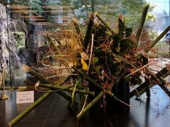 2017年11月9日(木)目黒の雅叙園に行きました。「いけばな×百段階段」 新聞屋さんのチケットが当たりました。いけばな51流派が集う、花の祭典です。 正面玄関の 古流松藤会 家元 池田理英氏の作品